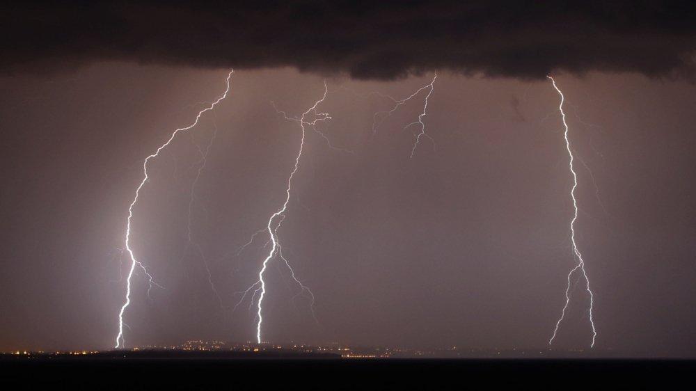"""""""Il y avait beaucoup d'énergie disponible dans l'atmosphère"""", explique le météorologue Nicolas Borgognon. Un nombre incroyable d'éclairs a zébré le ciel lémanique dimanche soir."""