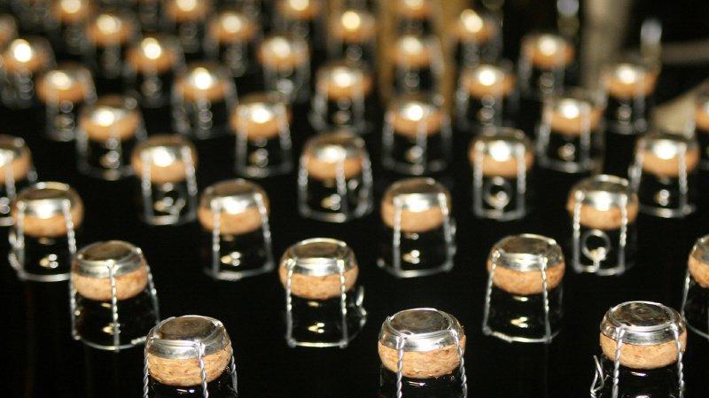 Il a fallu 120 bouteilles de champagne et 250 heures de travail pour réaliser l'oeuvre.