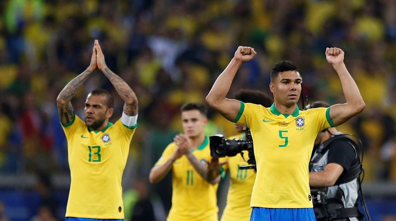 Les joueurs brésiliens Dani Alves (à gauche) et Casemiro (à droite) célèbrent la qualification de leur équipe en finale de la Copa America. Cela faisait 12 ans que les fans de la Seleçao attendaient cela.