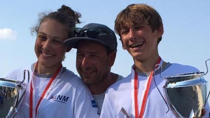 Noémie Fehlmann et Elouan Gäumann ont pu célébrer sur le podium en compagnie de leur coach, Loïc Forestier.