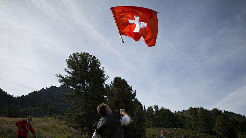 La boulette de la Patrouille Suisse, Raymond Barre et son compte caché, un coq privé de cocorico,… l'actu suisse vue du reste du monde