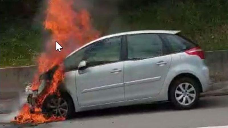 Cette voiture a pris feu sur l'autoroute A9.