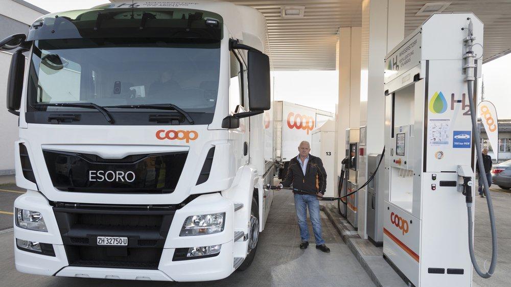 Un camion Coop fait le plein à une pompe à hydrogène.