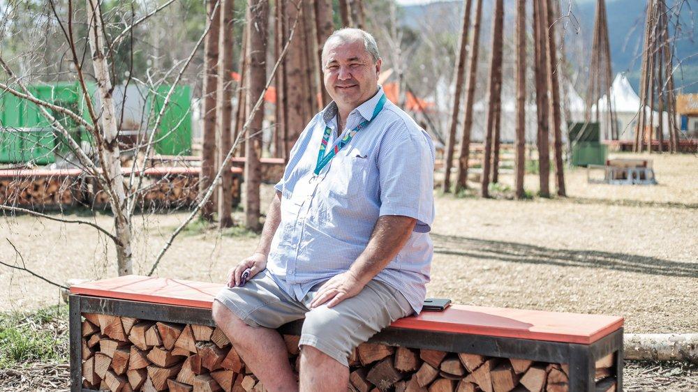 Stéphane Python, responsable des constructions de Paléo, est assis sur un des bancs qui sont vendus aux festivaliers intéressés.