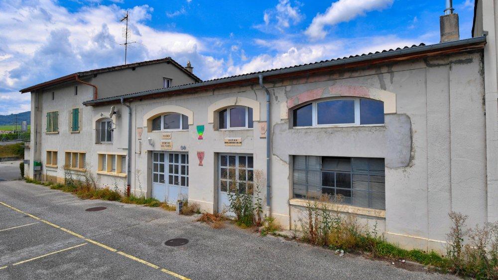 Les bâtiments de la route de la Vallée 6 ont abrité les dépôts et bureaux du tramway Rolle-Gimel, l'entreprise de construction Chapuis SA, la police et le centre d'entretien de l'autoroute, avant d'accueillir plusieurs artisans durant une vingtaine d'années.