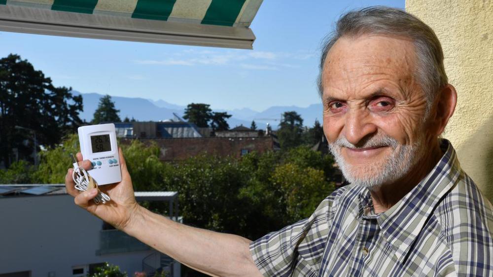 Claude Beuchat, passionné du ciel, relève tous les jours des statistiques météo de la région.