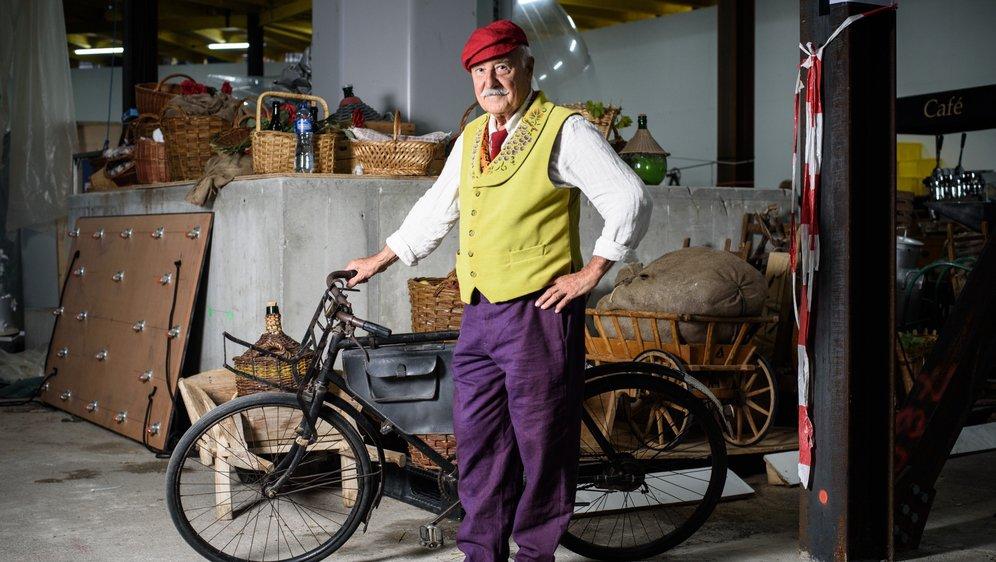 Jean-Pierre Leupin a pour accessoire le vélo de son ami décédé, Pierre Sublet, ancien buraliste à Genolier.