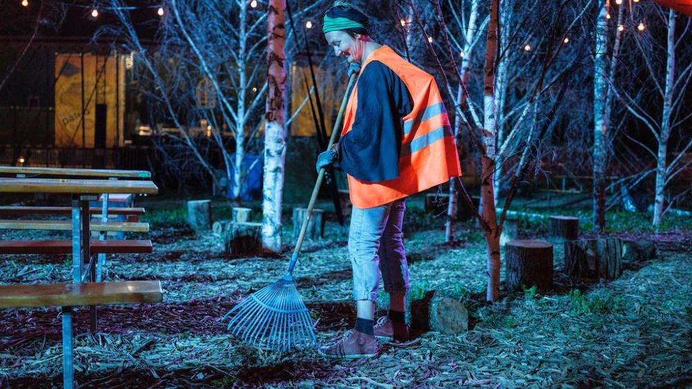 Les nettoyeurs de nuit travaillent de trois heures  à sept heures du matin.