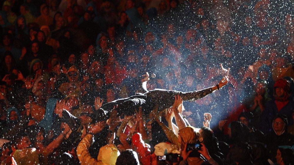 Bain de foule pour Stephan Eicher, lors de son concert de sauvetage, samedi soir.