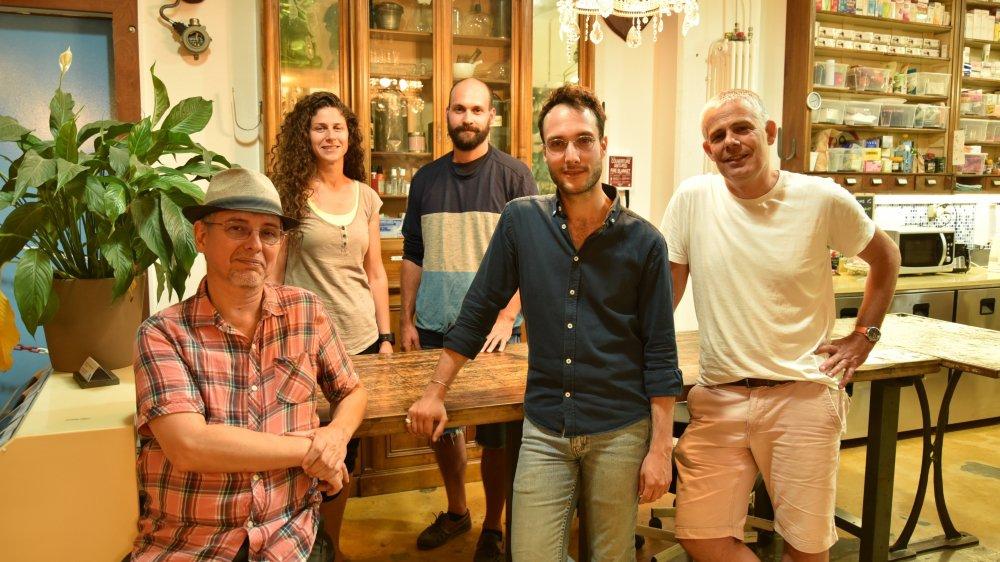 De gauche à droite: Pascal Kotté, Nitya Zysset, Mathias Pernet, Brian Favre, Enea Rezzonico. Le collectif a choisi le pied du Jura pour sa diversité sociale, écologique, économique et paysagère, entre crêtes jurassiennes et rives lémaniques.