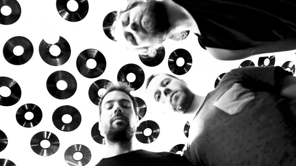 Le groupe (de g. à d.): Alessandro Ferri (batterie), Thibault Turpain (basse) et Gaël Schüpbach (guitare-chant/en haut à droite).