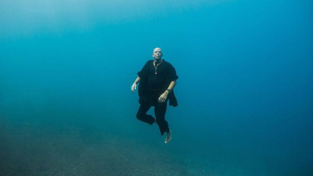Moine zen depuis ses 19 ans, Loïc Vuillemin a plongé corps et âme dans le monde de l'apnée en 2014.