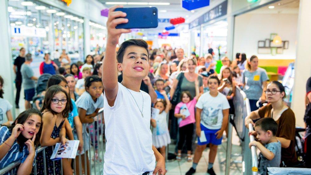 Nathan fait un selfie avec ses fans, mardi après-midi à Allaman.