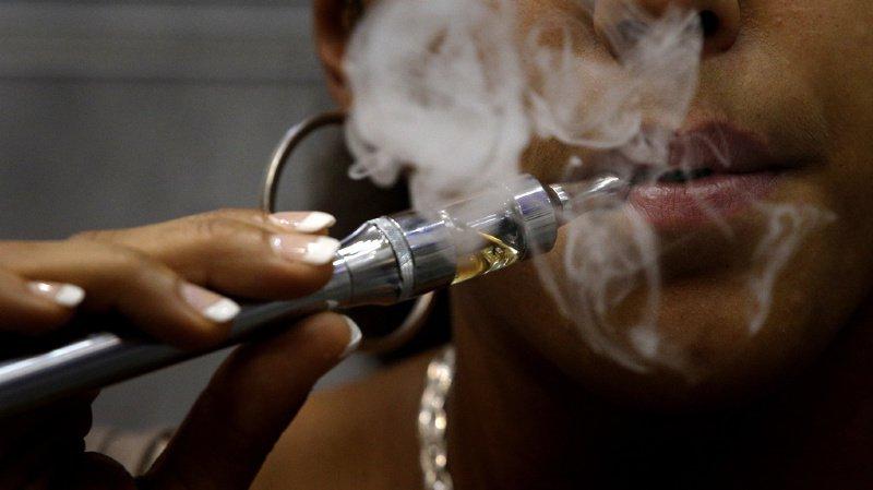 """L'OMS met aussi en garde contre la """"menace actuelle et réelle"""" que représente la désinformation véhiculée par l'industrie du tabac sur les vapoteuses (illustration)."""