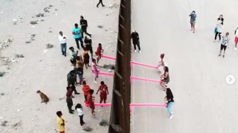 Trois balançoires roses ont été installées à la frontière entre le Mexique et les Etats-Unis.
