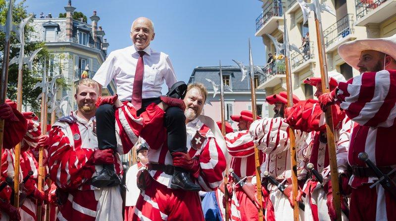 Ueli Maurer, le président de la Confederation, est porté par la compagnie des Cent-suisses lors de la fête nationale.