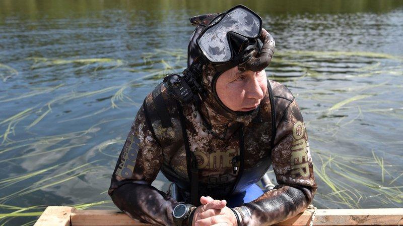 """En août 2016, le président russe Vladimir Poutine s'est offert une petite pause """"natation"""" dans un lac de la région du Touva, en Sibérie orientale. (Archives)"""