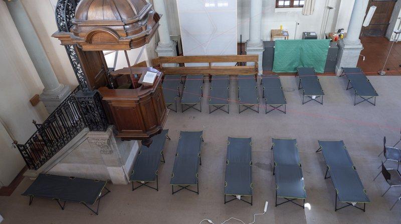 Des lits de camp sont installés dans le temple de la Fusterie, à Genève.