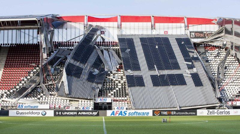 Le toit du stade s'est effondré sur les tribunes.