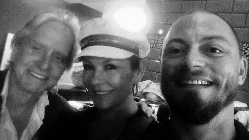 Michael Douglas et Catherine Zeta-Jones avec Sidney Thonney lors de leur passage au Blackbird House à Rolle.