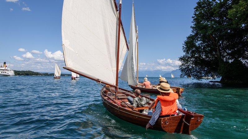 Pour le public, le spectacle de la flottille des canots naviguant au large des quais sera pittoresque.