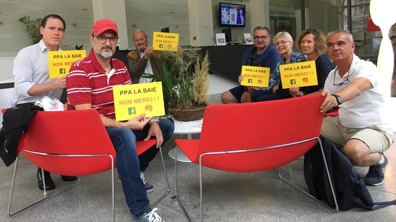 Les sept manifestants, ce vendredi matin, à l'administration communale de Morges.