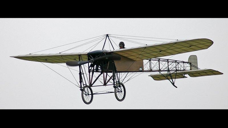 """Le 25 juillet 1909, le constructeur et aviateur français Louis Blériot, parti de Calais, atterrit à Douvres après 37 minutes de vol à bord du """"Blériot XI""""."""