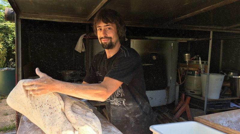 A Perroy, Jonah Tardif Blaser fabrique son pain en plein air