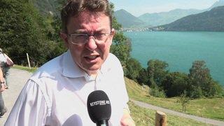 Sur le Grütli, le président de l'UDC Albert Rösti tente de séduire les médias avec le climat
