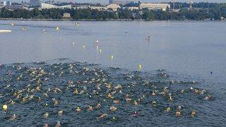 Genève: 1200 nageurs traversent la rade sous la pluie