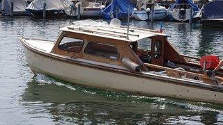 St-Gall: il pousse à l'eau et vole le bateau de l'homme qui était venu le secourir