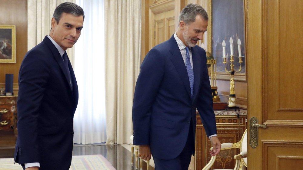 Le roi d'Espagne, Felipe VI (à droite) consulte, depuis lundi, les chefs des partis représentés au Parlement. Sans succès, visiblement. Le socialiste Pedro Sanchez (à gauche), s'il veut rester au pouvoir, devrait passer une nouvelle fois par la case «élections»...