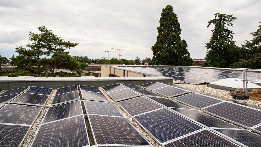 Ce type de panneaux solaires qui ornent le toit du collège de Beausobre pourrait fleurir sur les habitations des privés. C'est ce qu'espère la Ville de Morges.