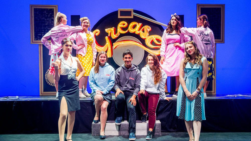 """Ils sont à l'origine de ce nouveau spectacle de """"Grease"""": (au premier plan, de g. à d.) Gaby Wschiansky (Rizzo), Caroline Bailey (directrice musicale),  Ylan Assefy Waterdrinker (metteur en scène), Annika Herbert (chorégraphe) et Lily Slater (Sandy)."""