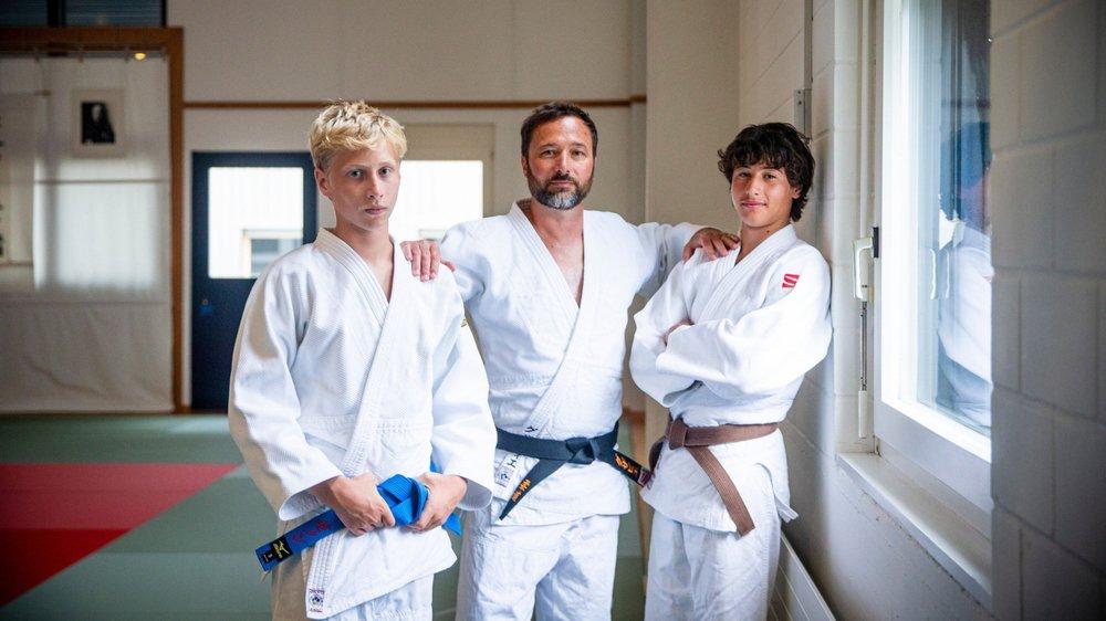 Avec leur papa Xavier, Malou (à d.) et Zénon (à g.) Dallemagne peuvent passer tout un repas à discuter de judo. Au grand dam de leur maman et de leur sœur.