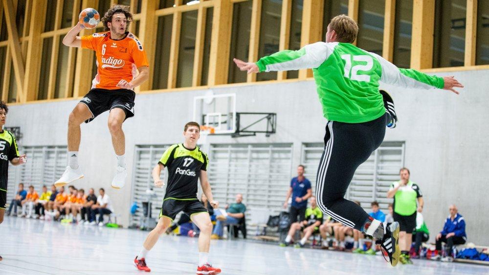 Les Nyonnais (ici Maël Zahaf) ont exceptionnellement évolué en orange pour cause de maillot officiel en cours de flocage.