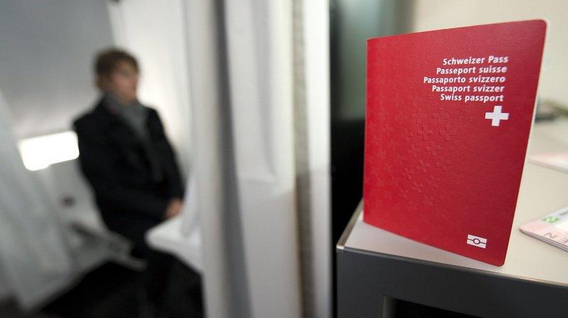 La recourante a perdu son passeport rouge à croix car elle n'a pas manifesté sa volonté de conserver sa nationalité d'origine lorsqu'elle a épousé un Belge..