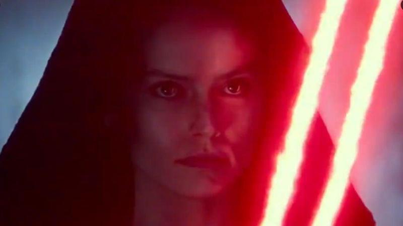 Les fans retiendront notamment l'image intrigante de Rey encapuchonnée comme une Sith et armée d'un double sabre laser rouge.