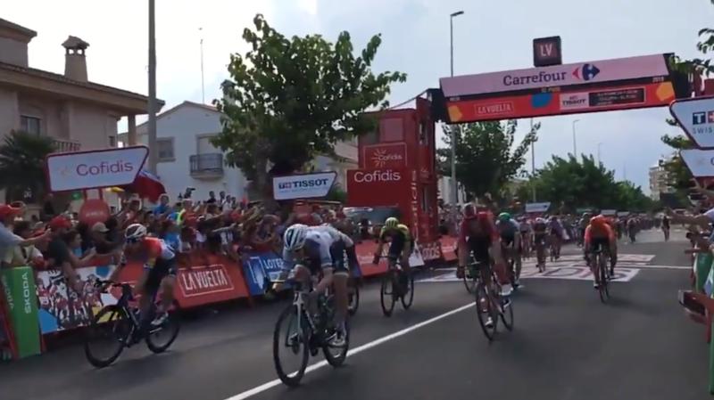 Jakobsen, le champion des Pays-Bas, s'est imposé de justesse devant l'Irlandais Sam Bennett, vainqueur la veille de la 3e étape.