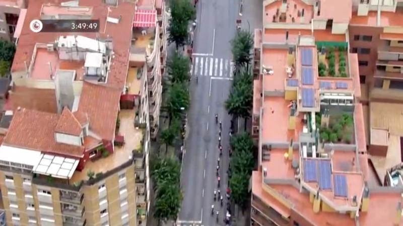 Les images aériennes enregistrées depuis un hélicoptère durant la 8e étape du Tour d'Espagne ont montré une plantation de cannabis sur le toit d'un immeuble.