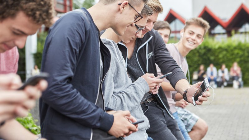 Les jeunes Suisses passent en moyenne quatre heures en ligne par jour