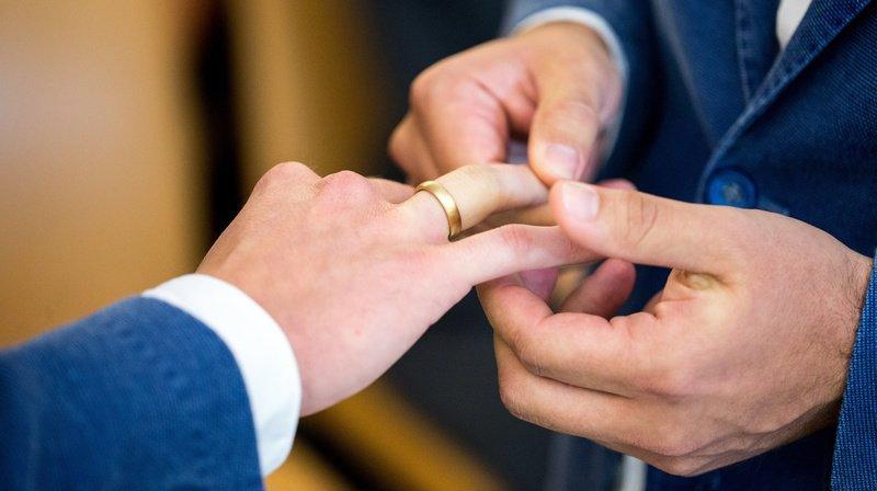 Le Conseil de la Fédération des Eglises protestantes de Suisse (FEPS) soutient l'ouverture du mariage civil aux couples de même sexe.