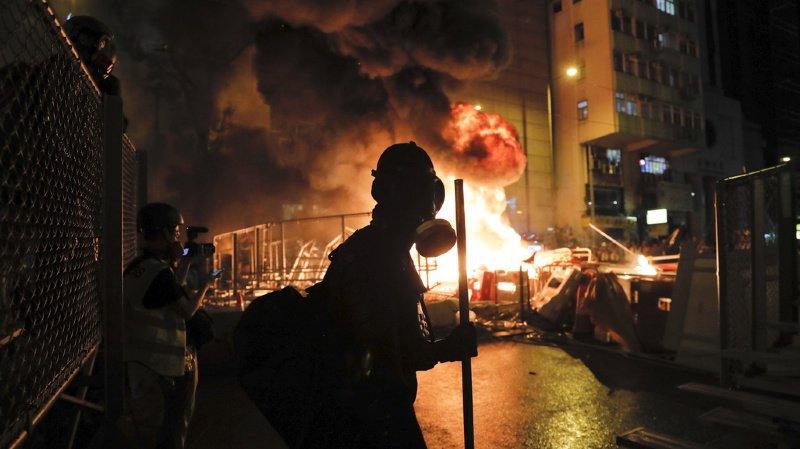 Hong Kong: violents affrontements entre la police et les manifestants lors d'un défilé