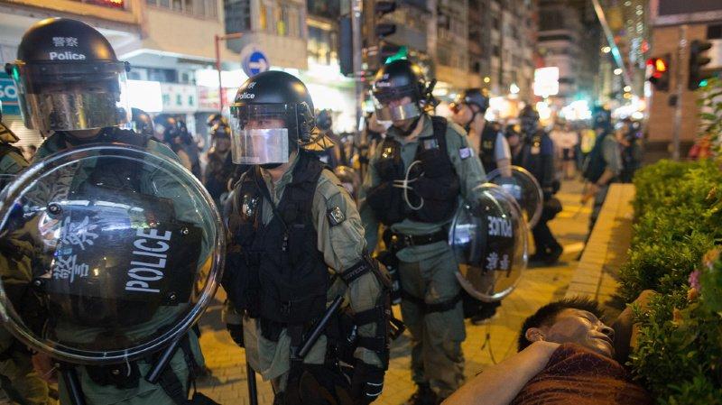 Les manifestants demandent aussi une amnistie pour le millier de personnes arrêtées, une enquête sur les agissements de la police accusée de brutalité, ou encore l'instauration du suffrage universel direct.
