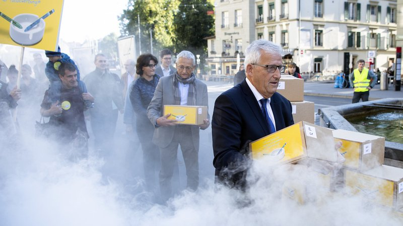 Le président de la Conférence nationale suisse des ligues de la santé (GELIKO) et conseiller aux Etats Hans Stöckli (PS/BE), suivi d'autres initiants, devant la Chancellerie fédérale à Berne.