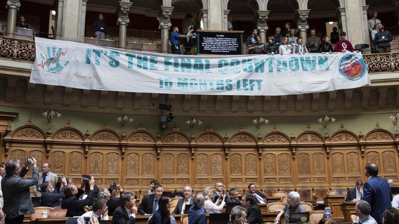 Parlement: des activistes pour le climat interrompent les débats du Conseil national