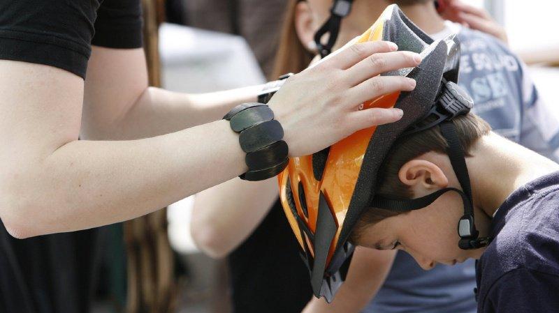 Les enfants de 14 ans et moins devront-ils bientôt obligatoirement porter un casque lorsqu'ils enfourchent un vélo? (illustration)