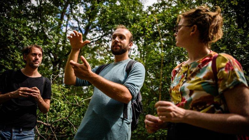 """Parmi les performances de cette année: """"La Ballade des Plantes en balade"""", avec Adrien Mesot (au centre), qui a emmené le public à la découverte des plantes comestibles de nos forêts."""