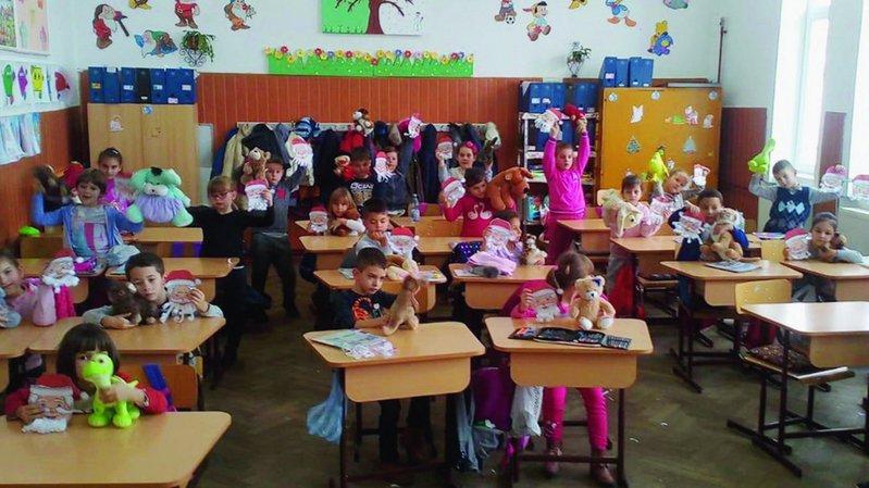 Une des classes de la commune de Jidvei, en Transsylvanie roumaine, après la réception de mobilier et de peluches.