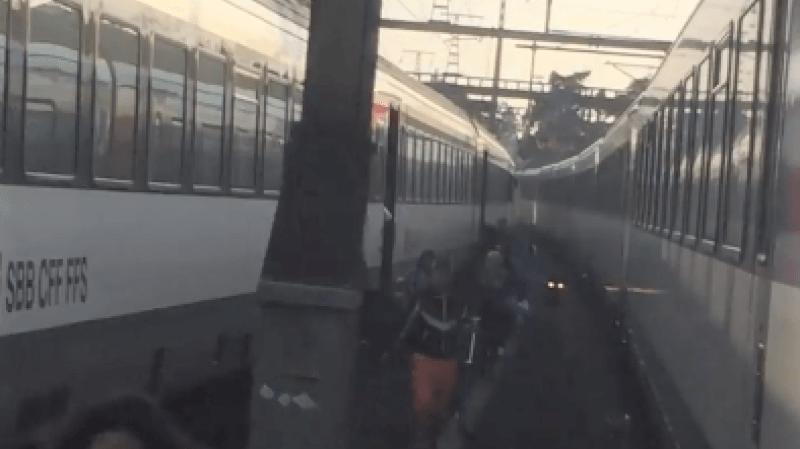 Les passagers sont descendus sur le ballast et ont marché pour rejoindre le quai.